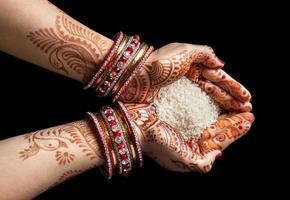 mãos indianas com arroz