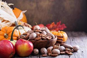 abóboras, nozes, milho indiano e maçãs foto