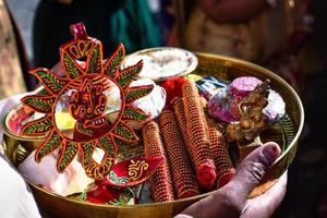 tradicionalmente decorado senhor indiano ganesha pooja prato foto