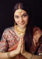 menina indiana doce beleza em sari sorrindo foto