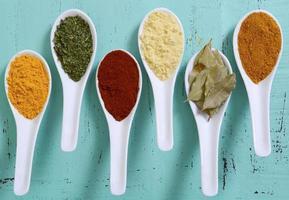especiarias de cozinha coloridas na mesa de madeira foto