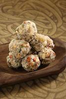 doces indianos dryfruit e cocnut ladoo foto