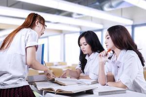 grupo de estudantes do ensino médio em sala de aula foto