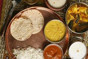bhakri - um pão achatado feito de jowar de gujarat.