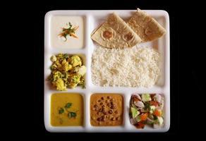 thali vegetariano indiano. foto