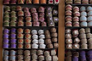 sapatos indianos bordados coloridos em exposição foto