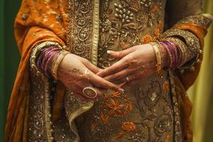 noiva indiana com jóias e henna foto