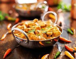 caril de frango indiano em prato balti foto