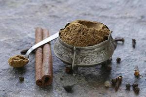 mistura indiana de especiarias à terra garam masala foto