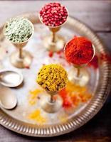 várias especiarias indianas em copos de metal vintage