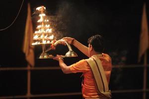sacerdote hindu heiliger em varanasi foto