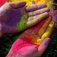 mãos com tinta holi