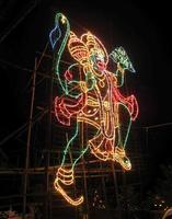 Hanuman feito de cordas de led coloridas