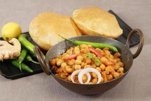 chole com puri ou chana masala com comida indiana puri foto