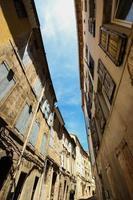 beco entre casas antigas com persiana de madeira foto