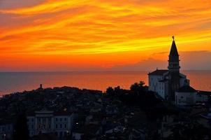 cidade costeira e pôr do sol na Eslovénia