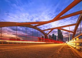 noite da ponte moderna, as luzes formaram uma linha. foto