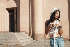 senhora indiana em roupa de verão casual contra edifício antigo