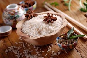 arroz basmati em uma tigela de madeira foto