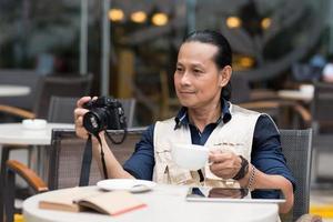 fotógrafo em um café