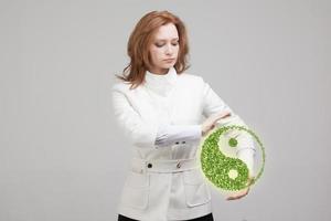 jovem mulher segurando o símbolo do ying yang foto