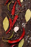 várias especiarias em fundo de madeira foto