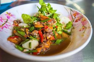 salada de berbigão picante com legumes frescos no prato