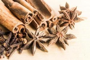 especiarias populares que consistem em paus de canela, cravo e anis estrelado foto