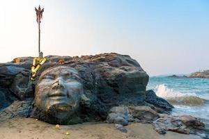 atrações vagator beach em goa norte face de shiva foto