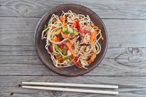 macarrão de china com legumes foto