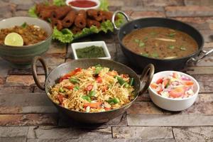 pulao de legumes com chana masala e dal makhani foto