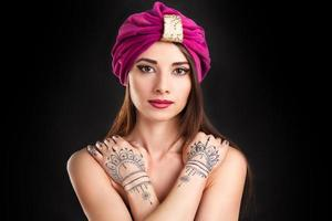 linda mulher elegante em estilo oriental no turbante
