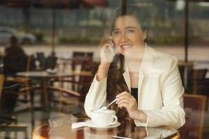 mulher de negócios no café foto