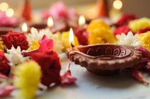 lâmpadas de diya coloridas de argila acesas durante a celebração do diwali foto