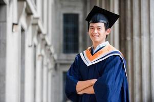 um graduado orgulhoso em pé em um corredor foto