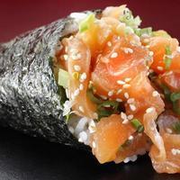 temaki sushi de salmão foto