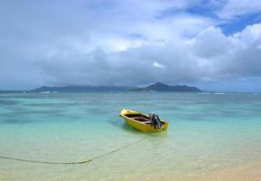 barco amarelo na praia de la digue