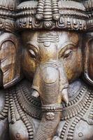 close-up de um ganesha esculpida wodden com muitos detalhes foto