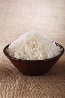 tigela de arroz branco liso no fundo rústico marrom foto