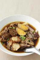 sopa quadrada de macarrão chinês cozido foto
