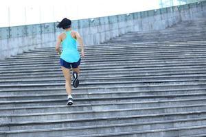 mulher jovem esportes subindo escadas de pedra