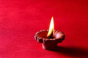 lâmpadas de argila diya acesas durante a celebração do diwali. cartão de boas vindas.