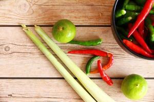 tailandês tom inhame sopa ervas e especiarias.