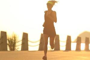 atleta corredor correndo no efeito road.vintage à beira-mar foto