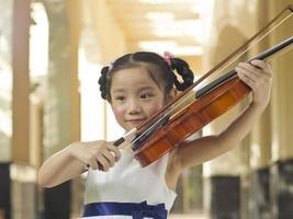 menina violino foto