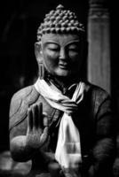 estátua de Buda em preto e branco