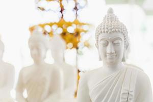 figura branca de Buda em bokeh.