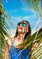 mulher de vestido azul em uma praia nas Maldivas foto
