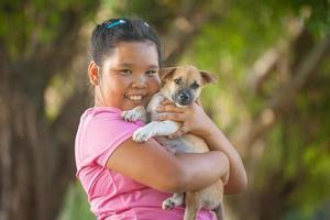 meninas e filhote de cachorro no jardim foto