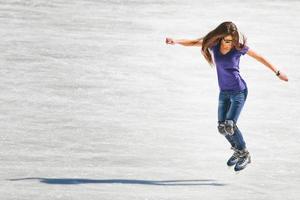 jovem na pista de gelo ao ar livre foto